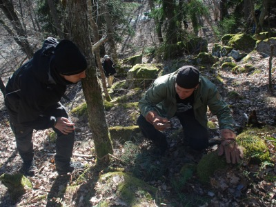 Anders och Simon letar orm
